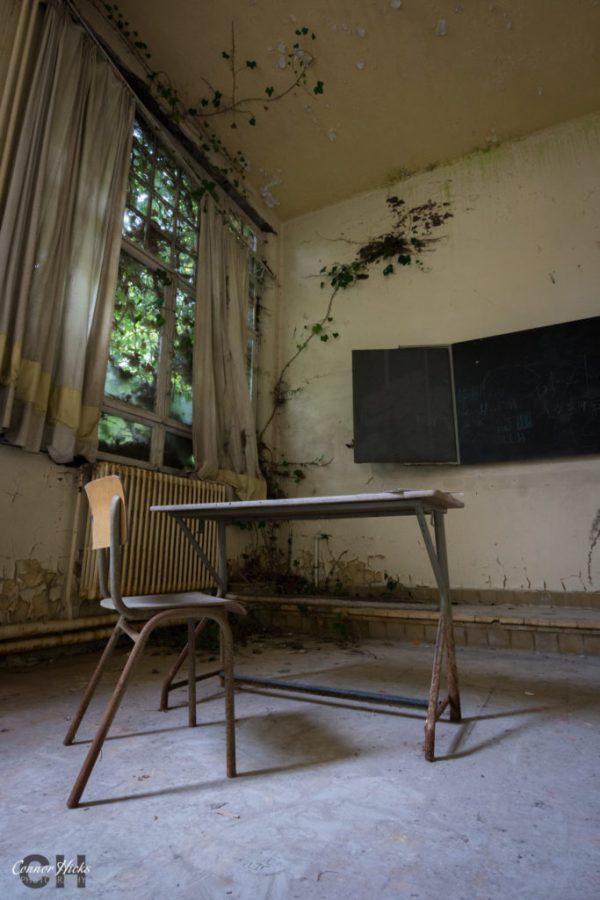 the-green-school-urbex-belgium-classroom