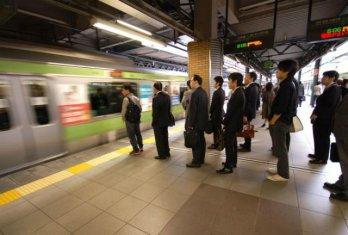 fila en el metro de Japón