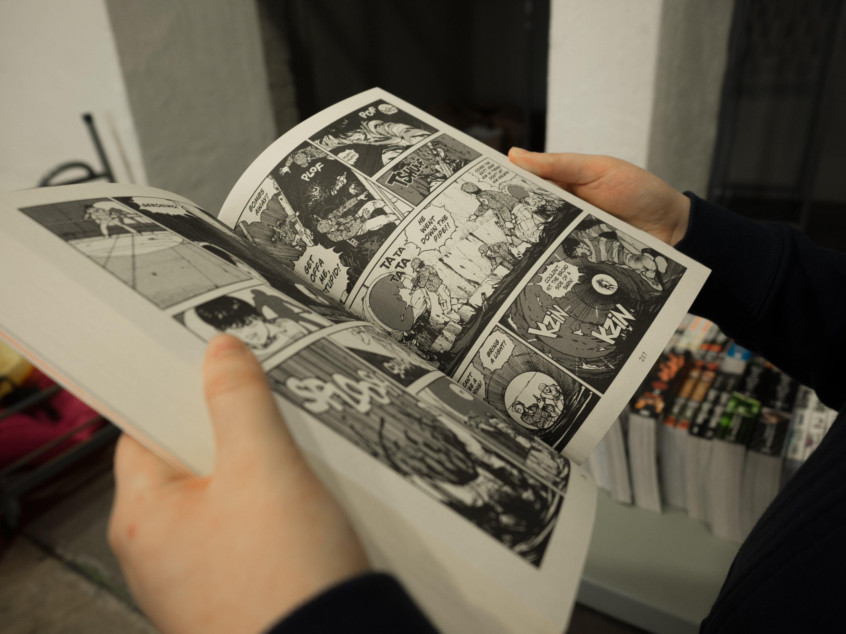 persona leyendo manga