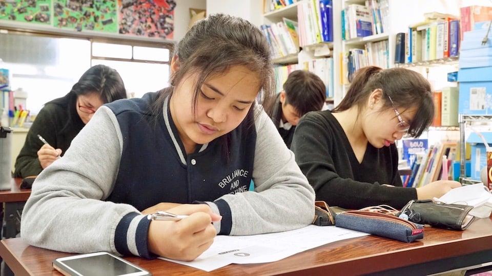 Estudiantes inmigrantes atendiendo una escuela en Japón.