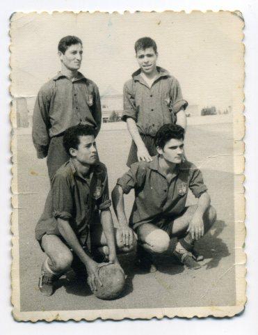 El Velas Canarias, se fundó por la fábrica de Velas de La Isleta en la actualidad Almacén Hermanos Perdomo, en el antiguo Campo Isleta. Alta izquierda, Manolín, y el Pirille, abajo izq Gabino y Dencio Suarez. Foto de los años 60, propietario Manolín.