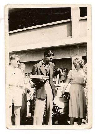 Señorita A de Ruiter de nacionalidad holandesa, pasajera del Orange Fontain. José Santana Ortega portando una caja de relojes, collares, pulseras, a los 16 años de edad. Fecha: 3 de febrero de 1952
