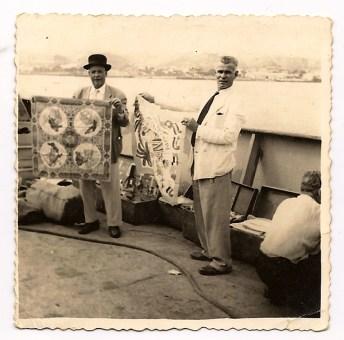 """Francisco """"Pachiquito"""" y Mariano Torres conocido por """"Mariano Camaras"""" barco danés, vendiendo mantelería canaria, bisutería, etc... Década de los 50."""