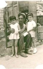 1962 Calle Arauz, en la foto Pepe Caraballo, que junto a su hermano Miguel, fueron los basureros de La Isleta, cuando se recogía la basura en un carro de madera tirado por un burro. La niña de la foto era Lucy Santana Machado +, que fue la que abrió y primera directora de la guardería La Carrucha, siendo también una gran luchadora social del barrio.