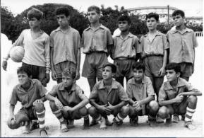 Década de 1960, Equipo infantil Lazareto. En la Piscina. Arriba de izquierda a derecha, El níspero, Arturo, Domingo, Tino, Jony y Antonio. Abajo izquierda; Suso Bonilla, Monsi, Falo, Manolín y Andrés. Foto de Rubén D. Lorenzo.