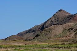 Vista del Paisaje Natural de La Isleta. En lo alto de esta montaña existe un yacimiento arqueológico de gran importancia para entender el primer poblamiento de la Isleta, es una Cantera de Molinos, además se puede encontrar gran cantidad de orchilla, es la Montaña Colorada...