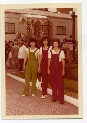 Fiestas del Carmen, año 1972, por orden izq a derecha, Soli y Ana Franquis Alonso y Delia Vega Rodriguez, vestidas a la moda del peto, con la Virgen del Carmen al fondo... Foto de Delia Vega