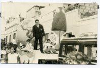 Carroza de las Fiestas del Carmen, finales de los 60 principios de los 70, pasacalles con Papahuevos por las calles. Foto de Delia Vega