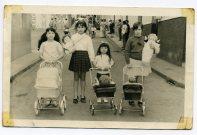 Cale Malfu, junto al estanco Lady, niñas del barrio en el Día de Reyes, se salia a la calle para lucir los reyes y los regalos. Año 1965. Foto de Delia Vega