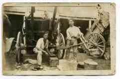 Foto de la antigua cuadra de Domingo Suarez en La Puntilla. Podemos ver a Bartolo y a Chano. Posiblemente Años 20.