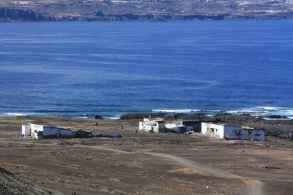 Vista desde las Coloradas de los restos de estas fábricas de Salazón antes de los derribos de 2012.