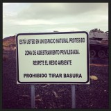 Cartel colocado por los militares en la Zona Militar...