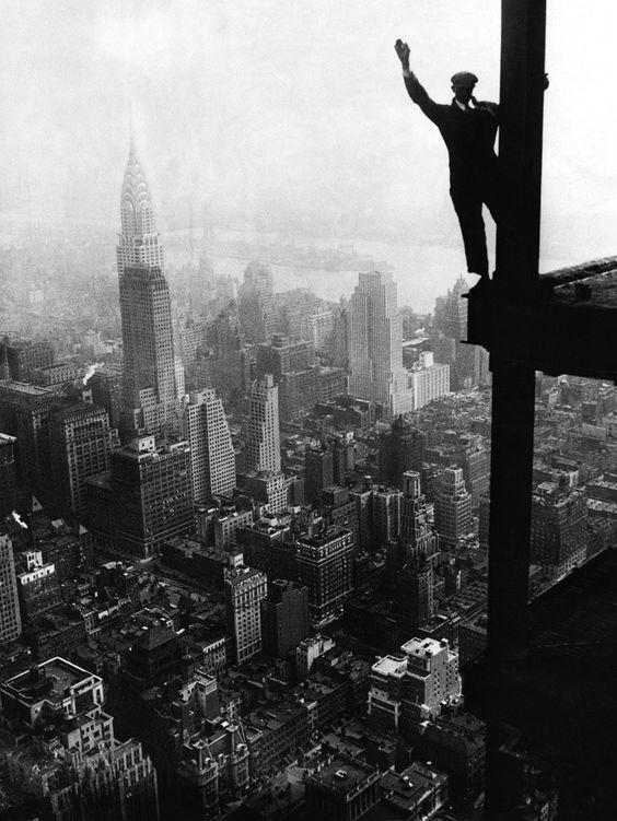 Constructor saluda desde el Empire State