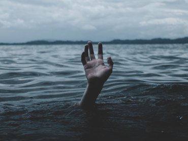 Drowning | underwater | overwhelm | hand reaching from ocean cropped2