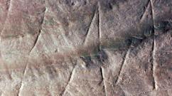 Detail of the engraving on fossil Pseudodon shell (DUB1006-fL) from Trinil Credit: Wim Lustenhouwer, VU University Amsterdam