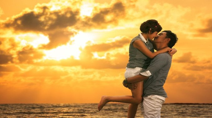 couple-kissing-on-the-beach-compressed
