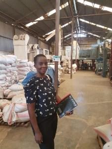 pouvoir des histoires _ photo Maria Dion Gokan dans un dépôt d'entreprise