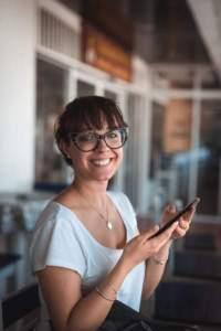 storytelling emploi _ photo d'une jeune femme souriante