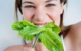 Evitar el consumo de alimentos que contenga abundantes azúcares simples, ya que el azúcar inhibe el funcionamiento de los glóbulos blanco lo que puede propiciar la aparición de las caries dentales.