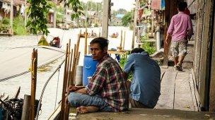 Porque o justo sofre - Imagem de homem pobre sentado