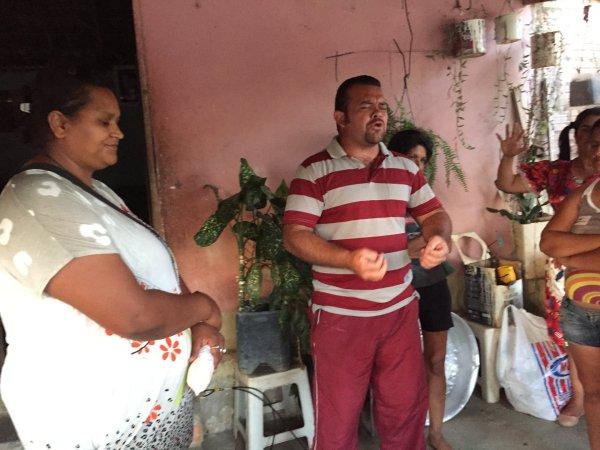 Orando com o Pessoal no Vale do Jequitinhonha 1024x768 - Missão - Vale do Jequitinhonha | Dia das Crianças | Ano 2017