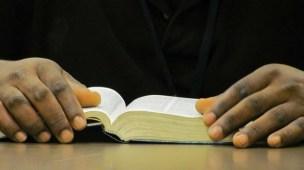 Qual a Melhor Bíblia de Estudos Para Novos Convertidos - Bíblia aberta sendo lida