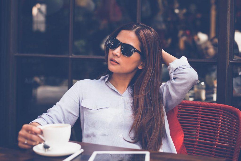 ragazza beve caffè