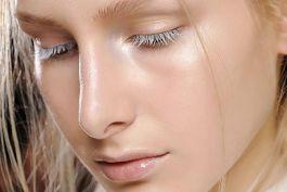 Come si usa l'illuminante viso: beauty tips e tendenze del momento
