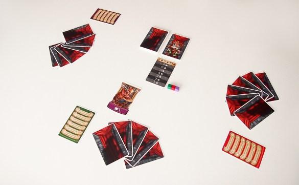 El jugador inicial pondrá sobre la mesa una carta de la mano. Su color determinará al siguiente jugador en poner en juego otra.