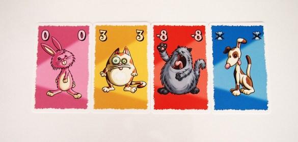 La carta de perro pequeño anula la del gato con el valor negativo más alto. En este caso, el jugador consigue tres puntos.