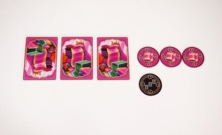 Durante el turno, también es posible vender cartas de un producto. Éstas se descartan y el jugador toma tantas fichas como cartas haya vendido. Si vende tres, cuatro o cinco a la vez recibirá una puntuación adicional.
