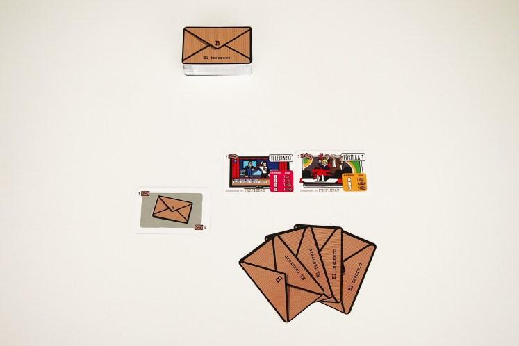 Éstos podrán bajar a la mesa sobres y propiedades. En su turno, podrán llevar a cabo hasta tres movimientos (pudiendo repetir o elegir el orden).