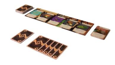 Tras barajarlo, se roban cinco cartas. Comienza la partida.