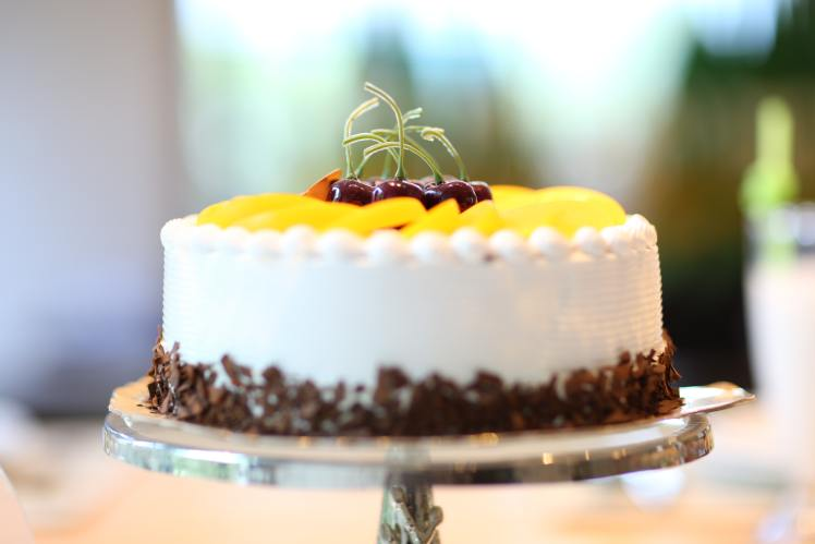 white-round-cake-topped-with-yellow-slice-fruit-140831
