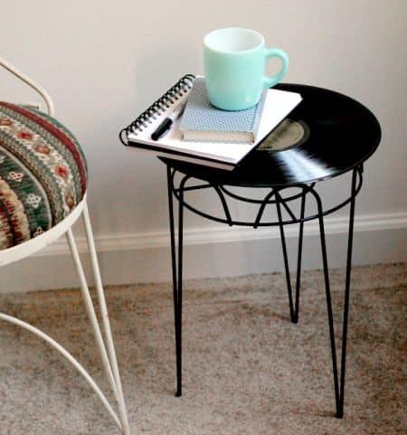 Mesa lateral com disco de vinil