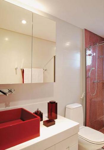 banheiro decorado com pastilhas e cuba vermelha