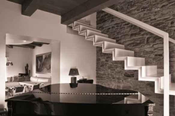 escada elegante branca na sala