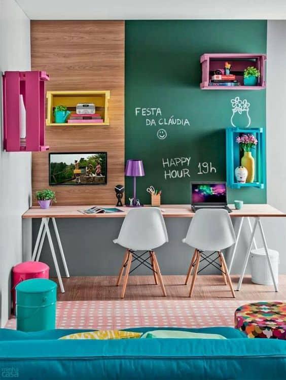 home-office-com-nichos-coloridos