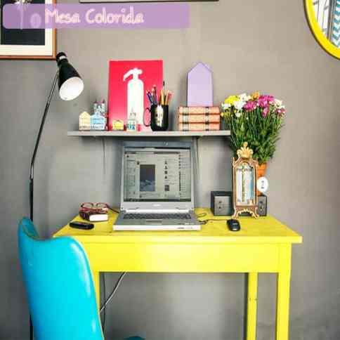 mesa colorida no escritorio