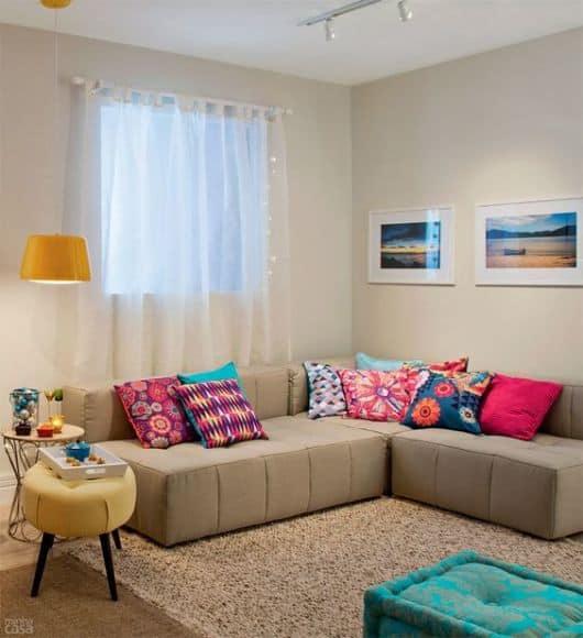 Sala de estar com sofa de canto e tapete