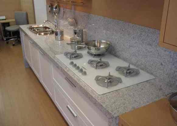 Cozinha com granito branco polar