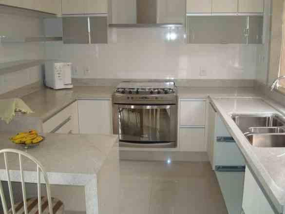 cozinha com tampo de granito branco itaunas