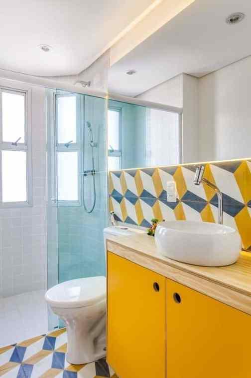 banheiro pequeno com movel amarelo revestimento colorido