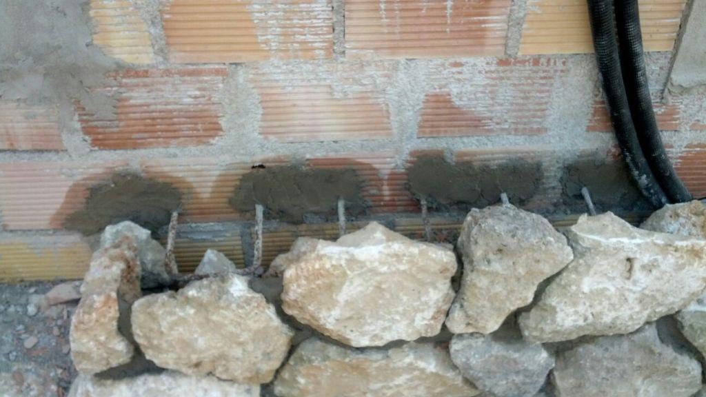 Encofrado del armado con la misma piedra de la fachada