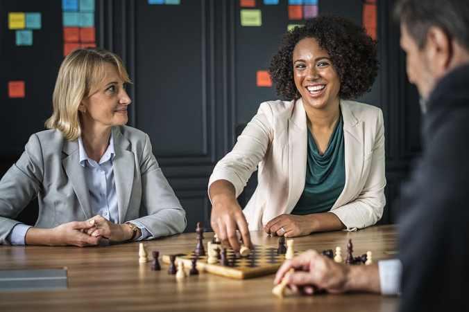 Personer som spelar schack symboliserar chefer och ledare