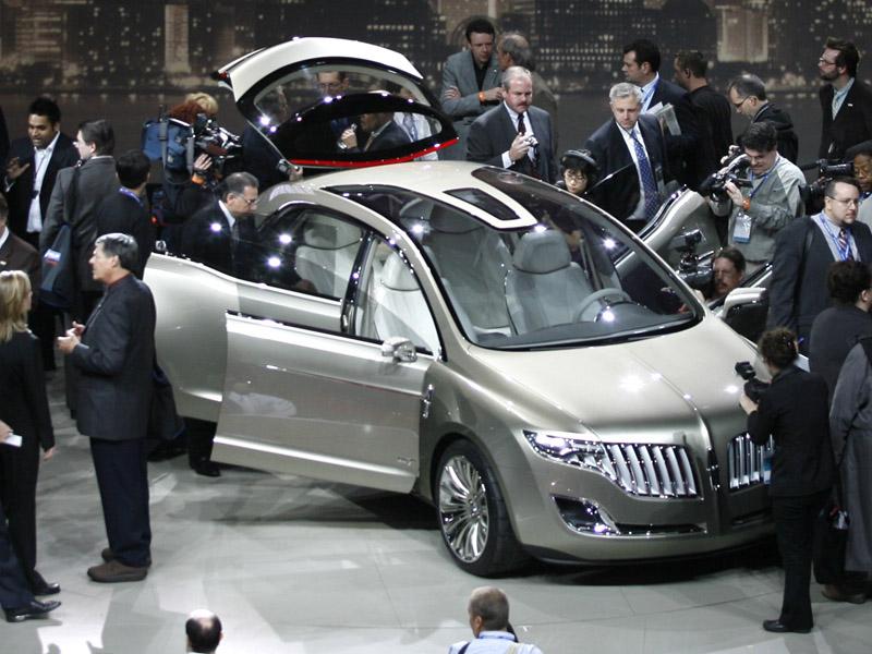 La división de lujo de Ford presentó en Detroit el prototipo de un auto hecho con botellas de plástico
