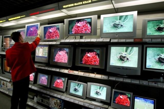 7780446219_des-televiseurs-dans-les-rayons-d-un-grand-magasin