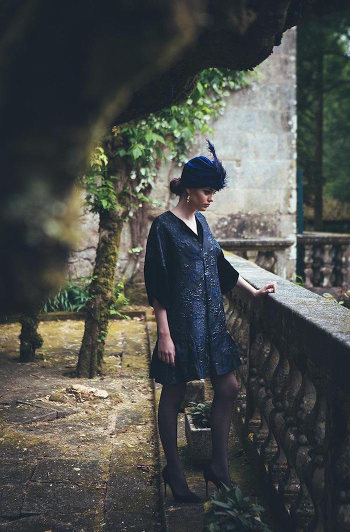 abrigo-corto-azul-y-negro-brocado-invitada-perfecta-juana-rique