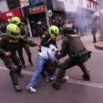 Comerciantes bogotanos se defienden de saqueadores con machetes y palos