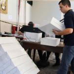 Ultiman reparto de materiales electorales a un día de elecciones en Paraguay